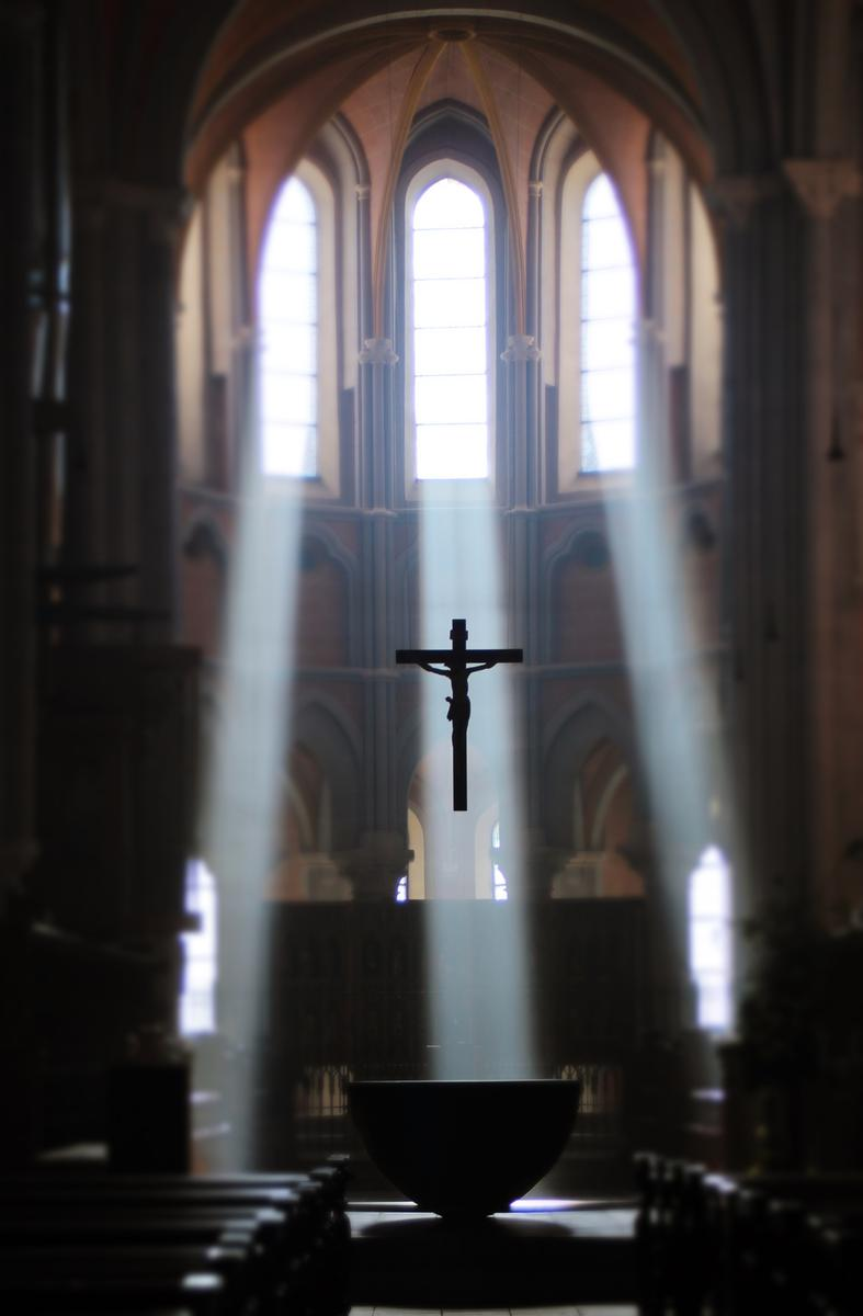 04f189c813b61f Sonnenstrahlen fallen durch die oberen Fenster in die Basilika –  durchdringen den Raum – tauchen 800 Jahre alte Säulen und Gewölbe in warmes  Licht und ...